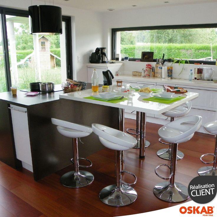 Cuisine loft ultra moderne noire et blanche avec îlot central pour