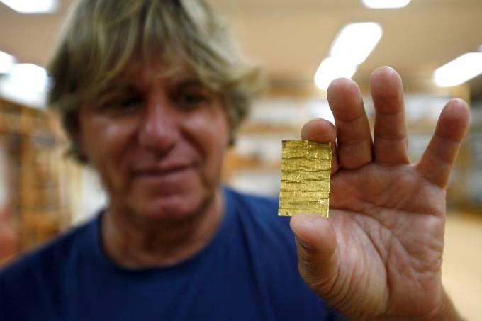 Korac displays recently found golden amulet at the Viminacium site
