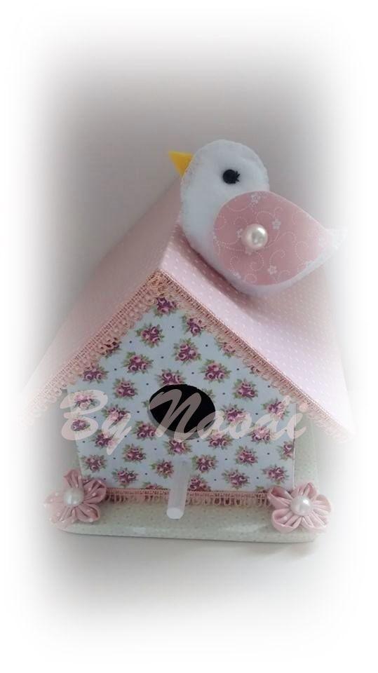 Casinha de passarinho enfeitada com tecido...