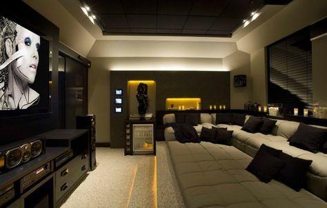 Carpete, sofa, frigobar, bancada atrás do sofa (para colocar copo etc), rack