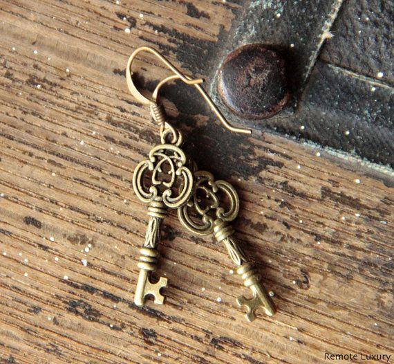 Key to Happiness earrings  steampunk skeleton key par RemoteLuxury