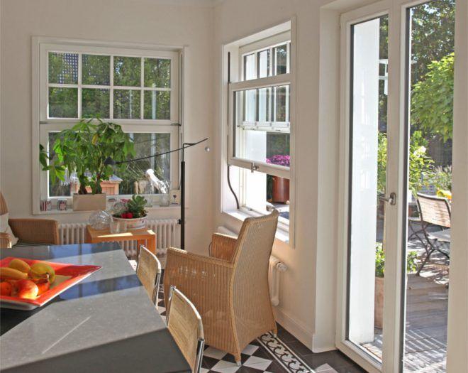 Ländlicher Charme: Klassische Weiße Balkontür Mit Passenden Schiebefenstern  Mit Sprossen. Alles Aus Holz |