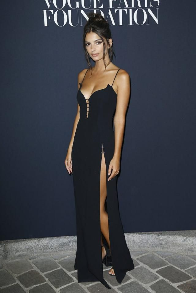 The One Thing Emily Ratajkowski Wears With Everything From Bikinis To Dresses Emily Ratajkowski Style Emily Ratajkowski Bikini Fashion