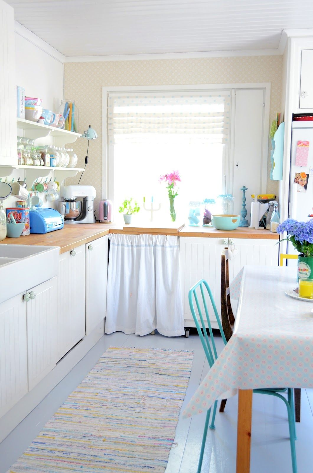 http://anrinko.blogspot.fr/2012/05/keittiossa.html?utm_source=feedburner_medium=feed_campaign=Feed:+PrinsessaAuto+(Prinsessa+%26amp;+Auto)  white kitchen - retro - vintage