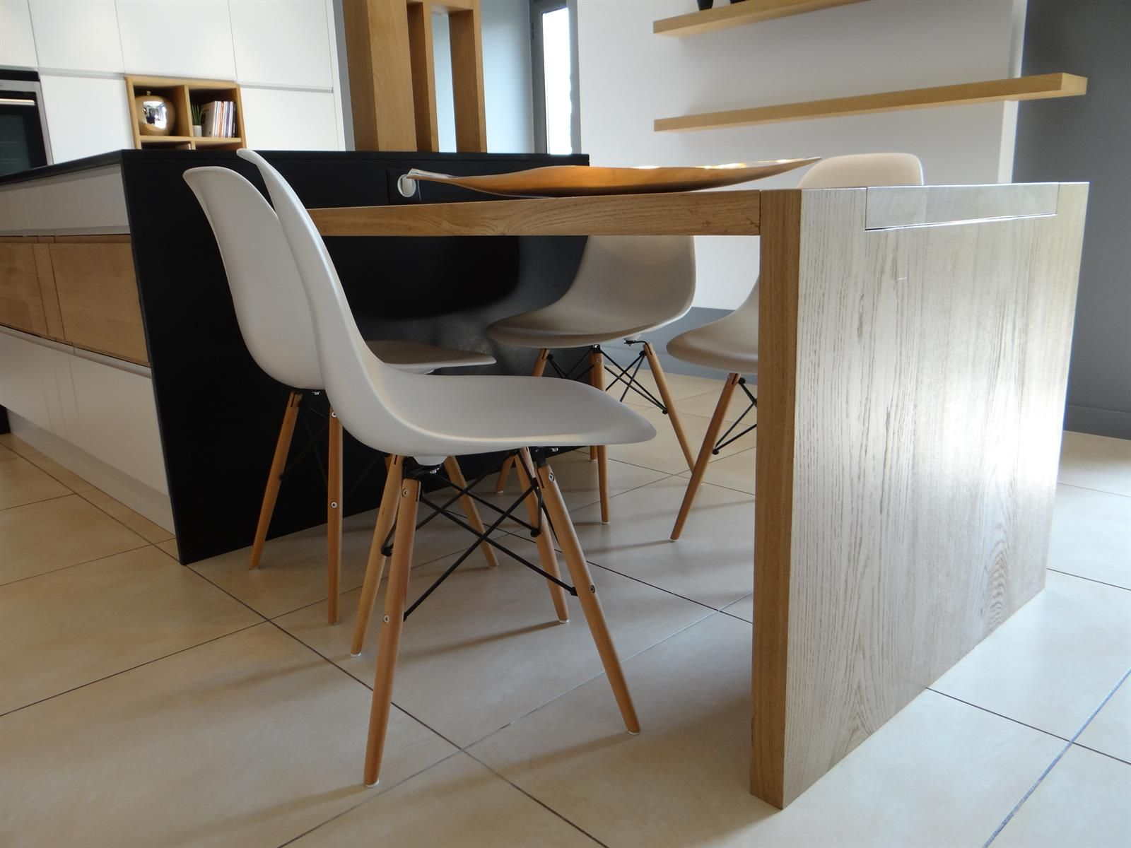 La table de cuisine en bois clair prolonge l 39 lot central for Ilot central table escamotable