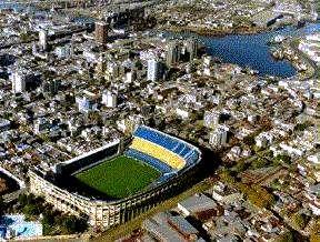 La Bombonera en el medio de la Boca y a metros del Riachuelo. Icono de la Argentina.
