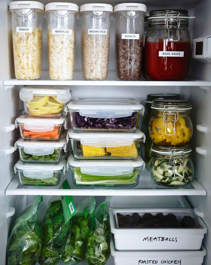 Ein Kühlschrank Gefüllt Mit Unterschiedlichen Vorratsbehältern, U. A. IKEA  365+ Vorratsbehälter Mit Deckel Transparent/weiss.