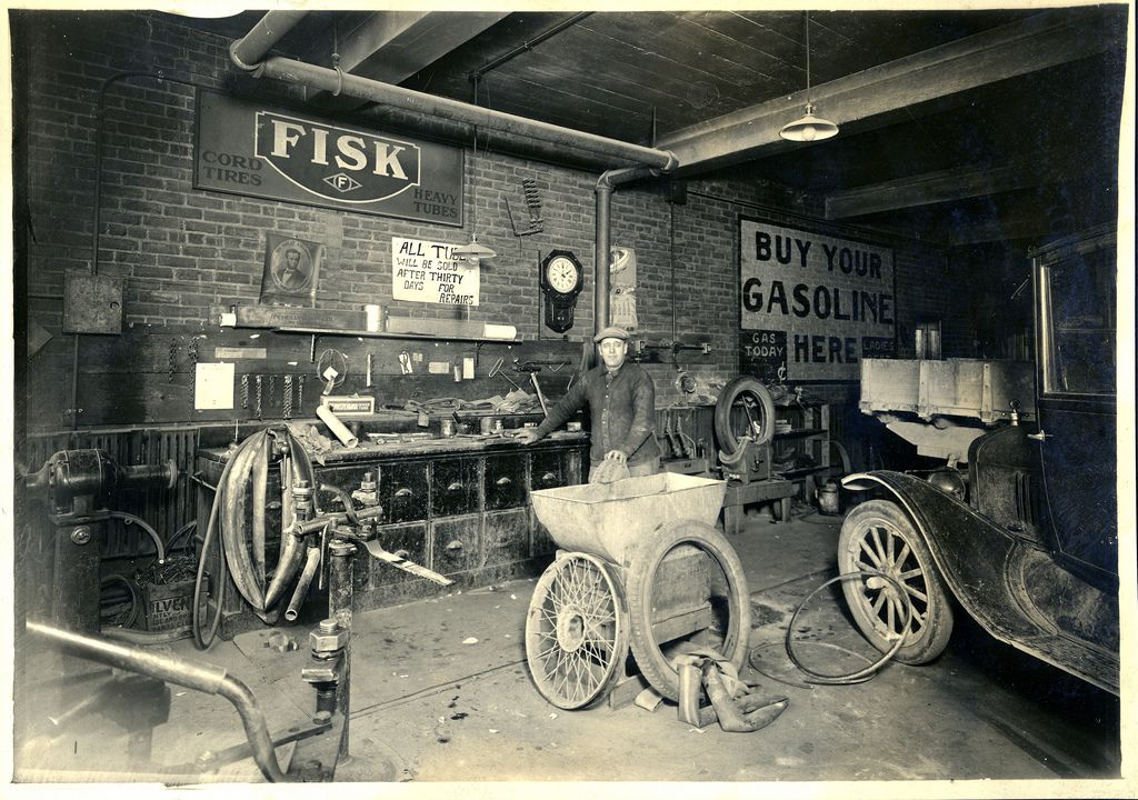 Old auto garages history photos taken before ww2 for Garage reparation ford