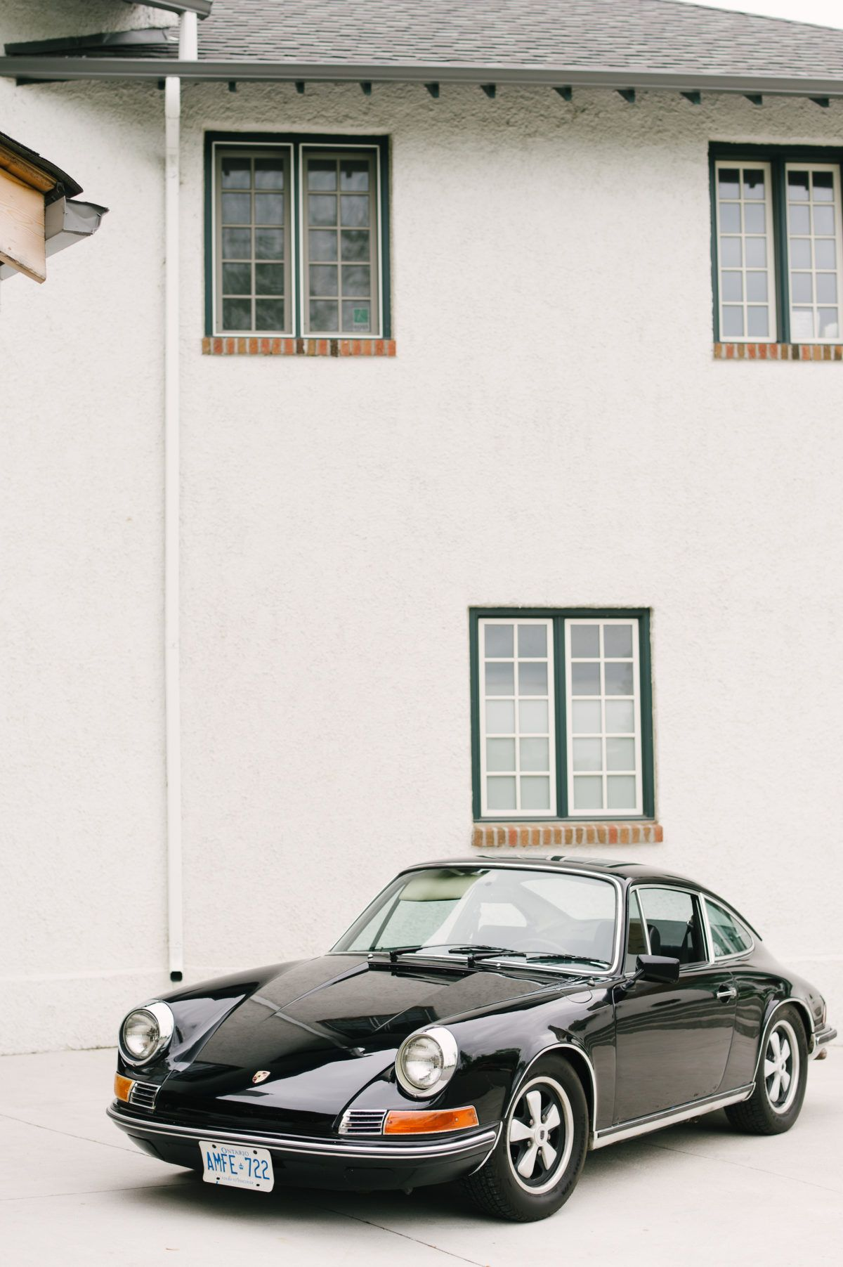Guild Inn Estate Is The Perfect Backdrop For This Modern Black And White Inspo Modern Wedding Styles Modern Wedding Inspiration Black And White