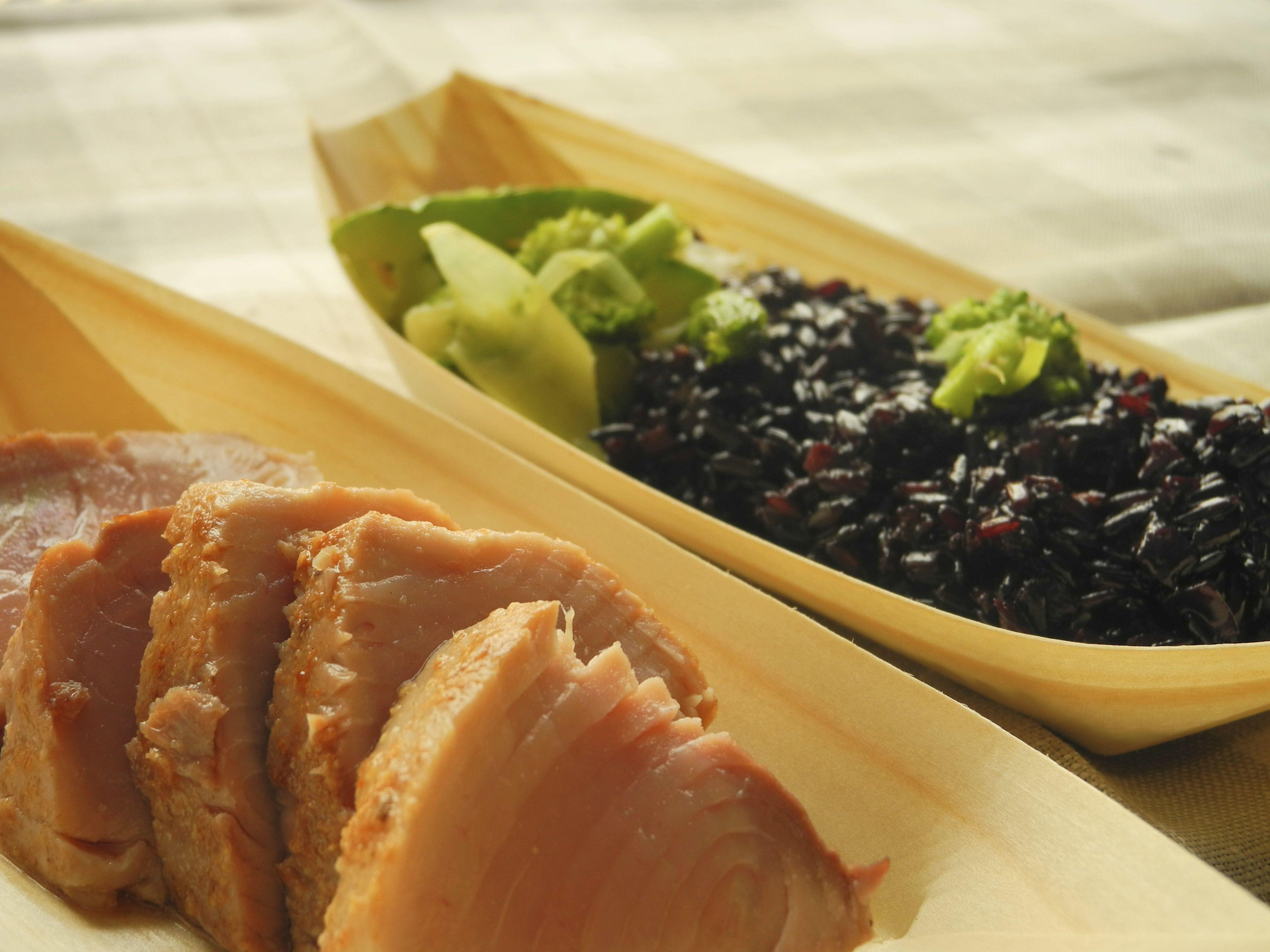 Arroz Negro com leite de castanhas, trufas brancas, legumes tostados e atum grelhado 4