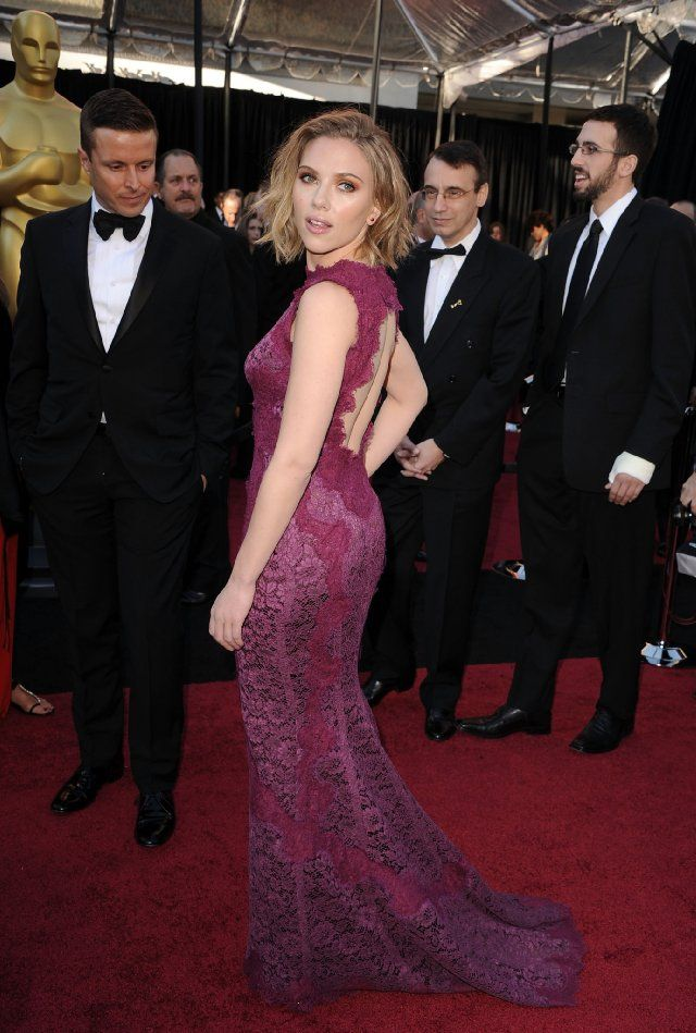 I Loved Everything About This Look The Shoulder Length Hair Pretty Plum Color The Lace Scarlett Johansson Scarlet Johansson Scarlett Johanson