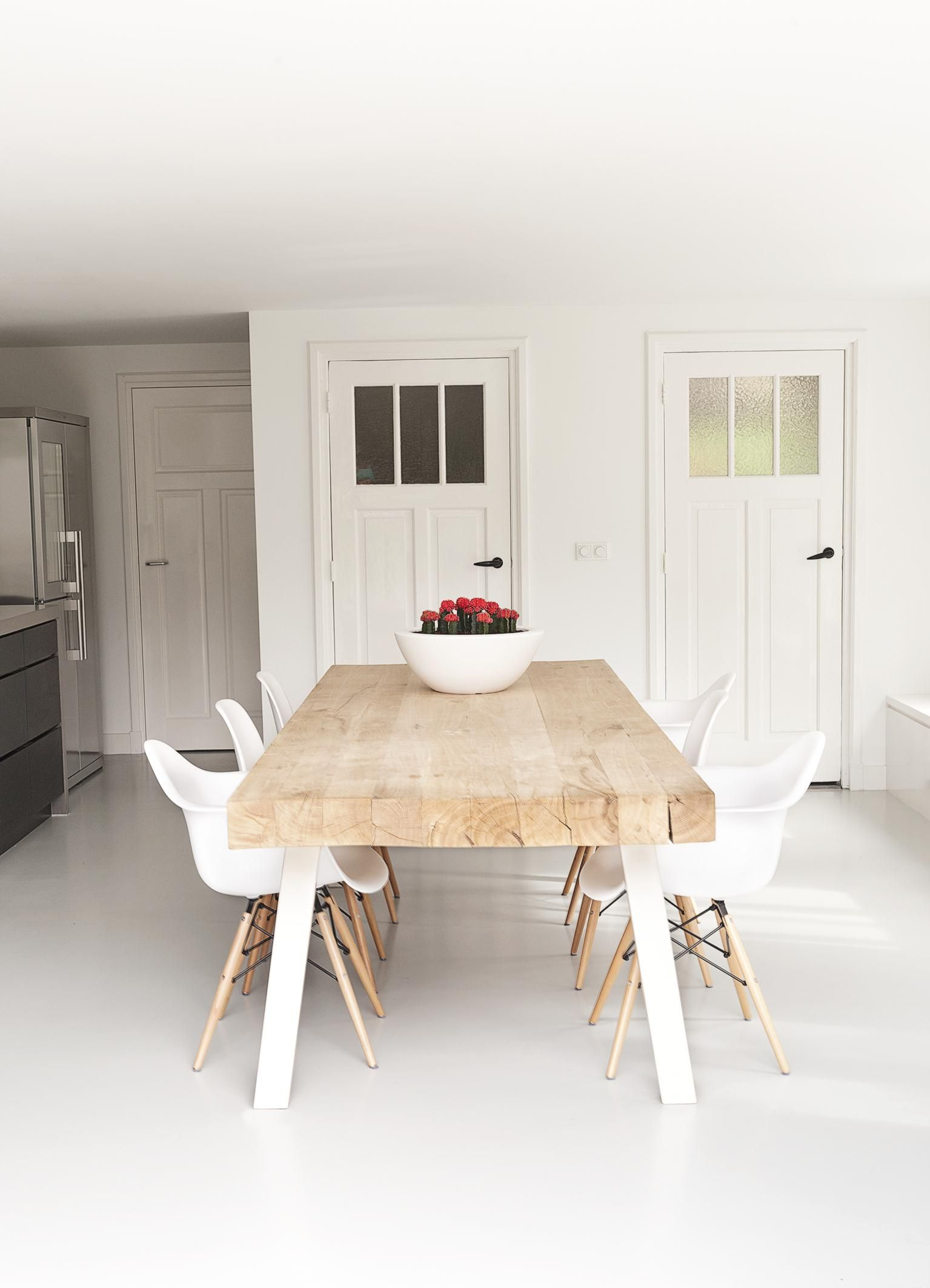 Houten Tafel Met Witte Stoelen.A Perfect Example Of How To Create A Simple Yet Beautiful