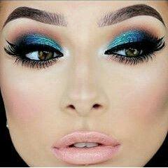 Vestido azul celeste maquillaje