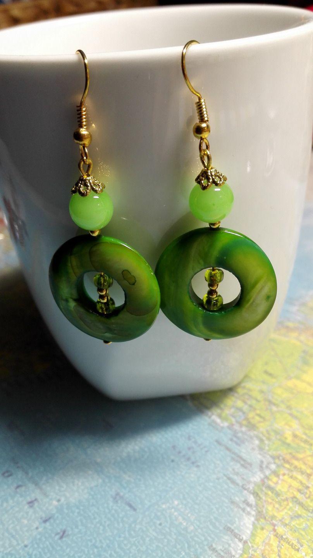 Boucles d'oreilles pendantes style ancien vertes. Saint Patrick : Boucles d'oreille par miss-perles