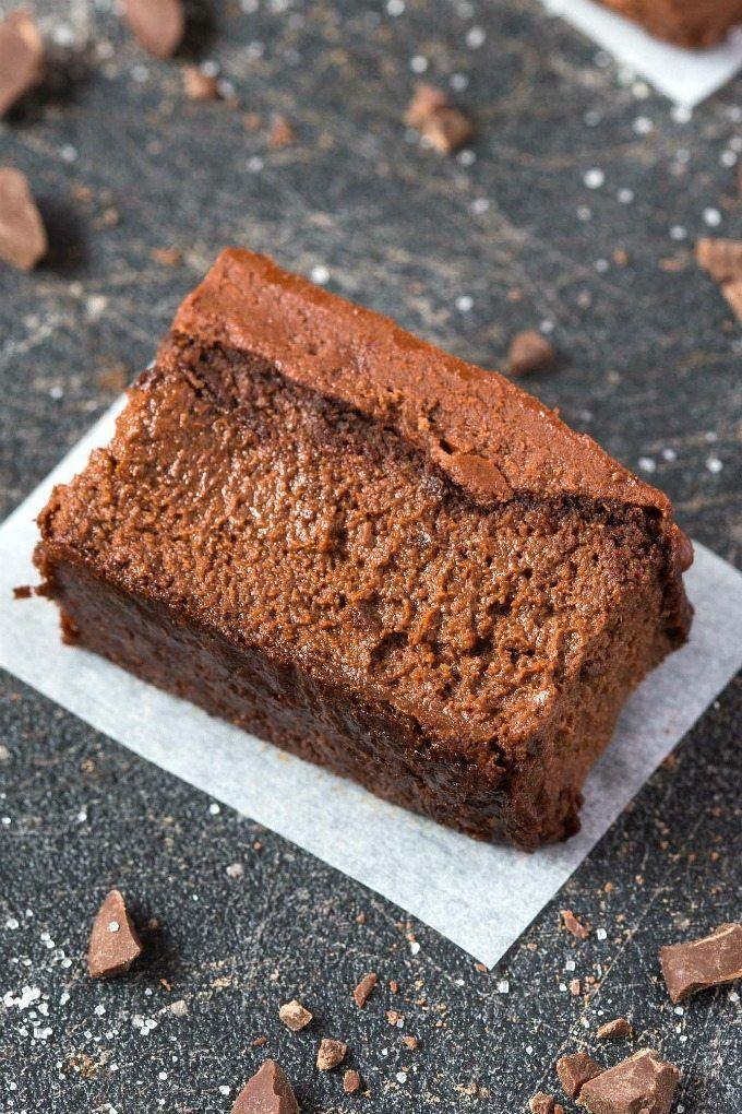 bolo macio de chocolate com 3 ingredientes: maçã, manteiga de amendoim e cacau