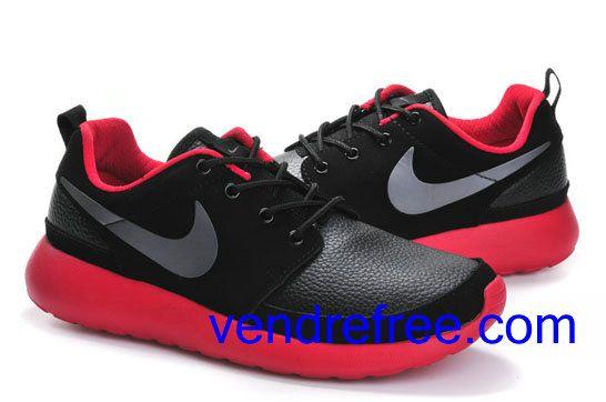 Vendre Pas Cher Chaussures Homme Nike Roshe Run (couleur:vamp-noir,interieur,semelle-rouge,logo-gris) en ligne en France.