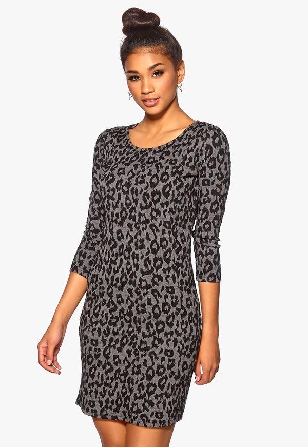 Leopardmönstrad klänning i trikå från Soaked in Luxury. Klänningen har  tight passform och en dragkedja c8f02883536e0