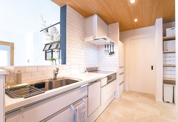 ホワイトタイルの壁が美しいキッチン 清涼感のあるクリーンな雰囲気