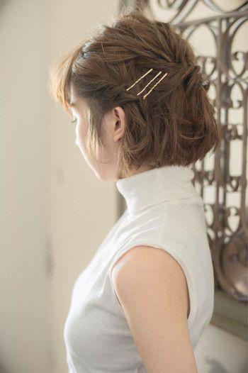 無造作にまとめたハーフアップの髪にゴールドのピンが並んでいて、きちんと感がプラスされています。