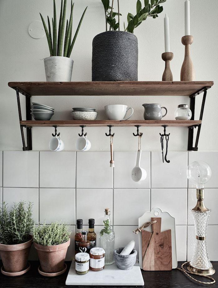 Tout simple : une étagère, quelques plantes et de belles céramiques ...