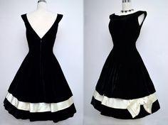 Vestido de terciopelo negro Vintage años 50 / / por VintageDevotion                                                                                                                                                      Más