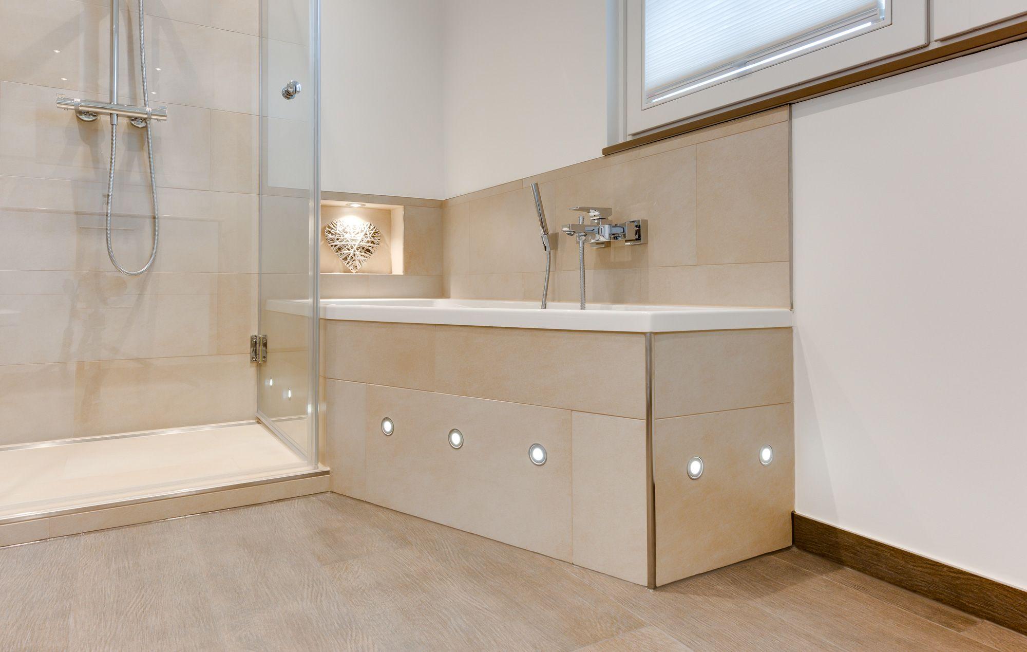 Die Badewanne Ladt Ein Zu Gemutlichen Wellnesszeiten Stimmungsvolles Licht Bringen Die Integrierten Led Lichter Die Harm Glasduschen Badezimmer Badgestaltung
