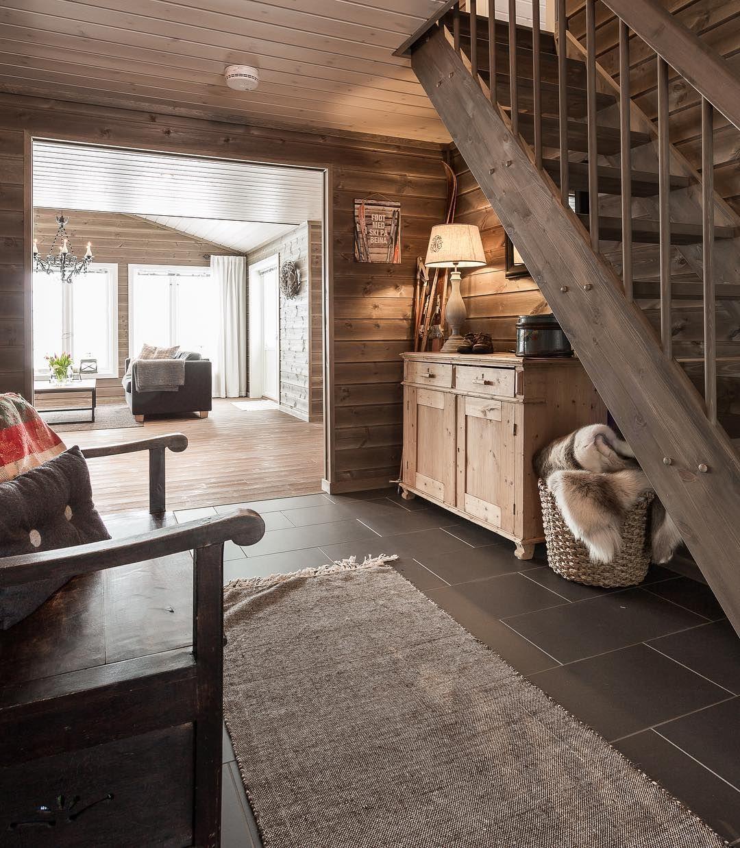 """Photo of Familiehytta on Instagram: """"Lun og koselig entré😊 Gjenbrukte møbler tilfører hytta rikelig med sjel😌 #familiehytta #hytteinspirasjon #hytteliv #hyttetid #hytte…"""""""