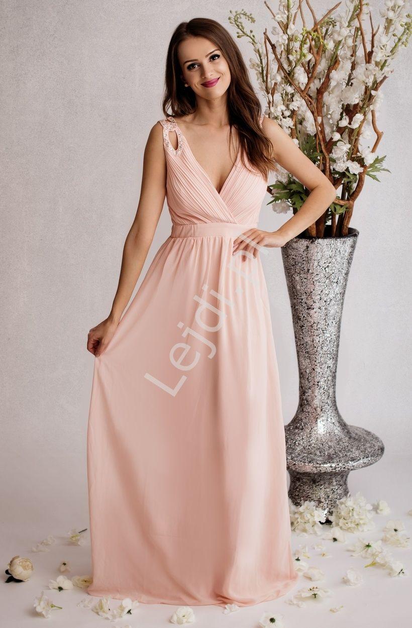 3f41585a0e Pastelowo różowa sukienka z dekoltem w szpic pięknie podkreślającym biust.  Na ramionach ozdoby z kryształkami