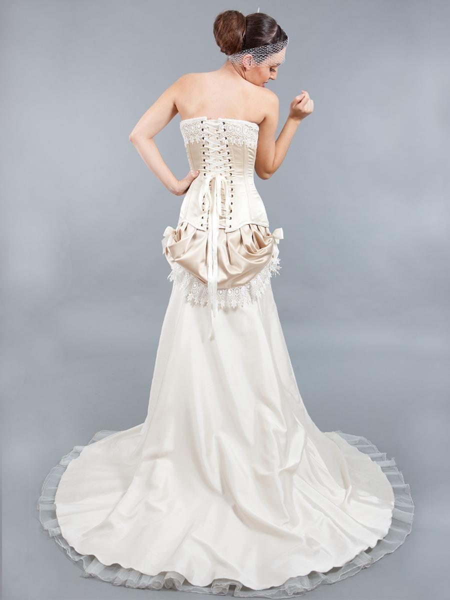 Conjunto de novia compuesto por tres piezas. El corset esta ...