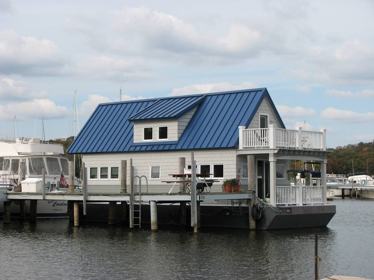 Floating cottage on the beautiful saugatuck harbor boats