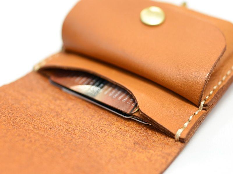 0bf1e13b042b 分厚い一枚革で挟んだふたと背面に、カード入れと小銭入れがついた小型の ...