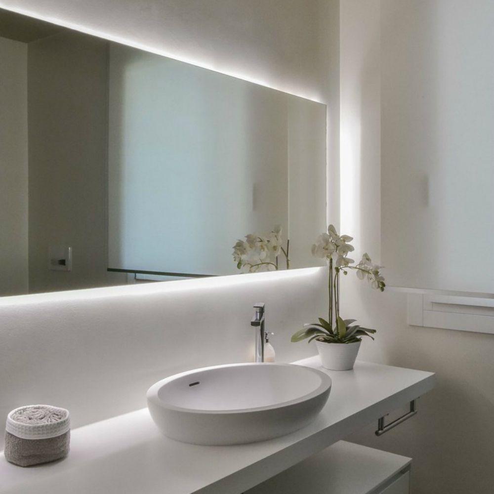 Posiziona delle barre led sotto lo specchio del bagno