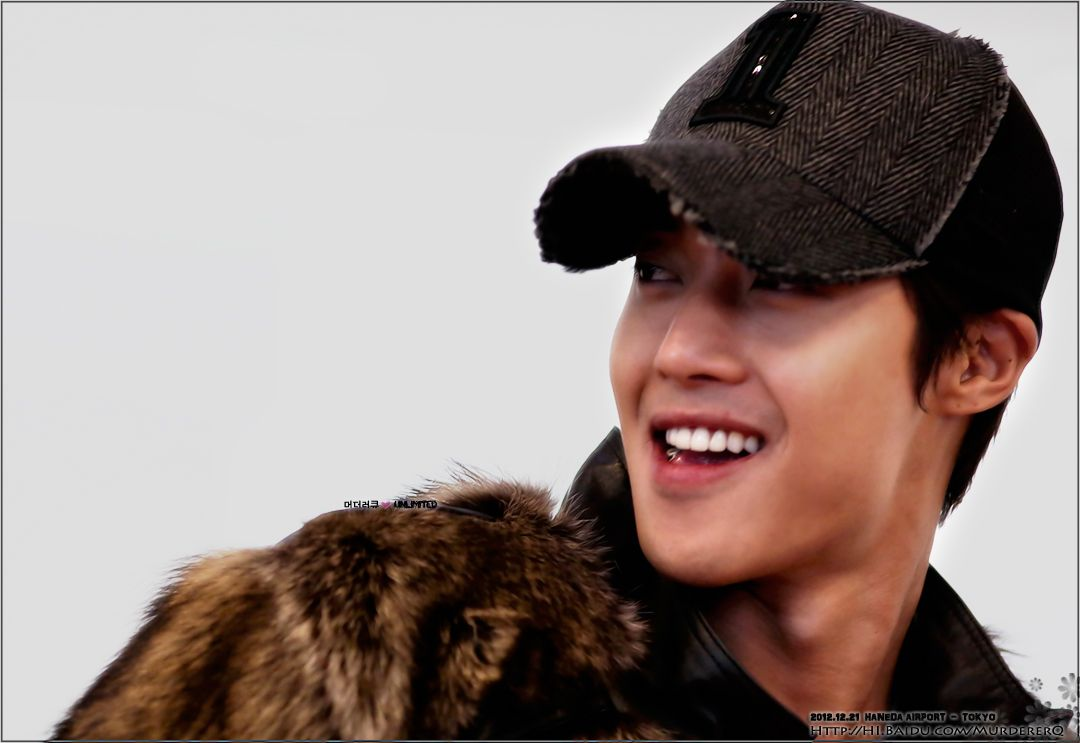 Kim Hyun Joong's 김현중 Arrival at Haneda Airport for UNLIMITED. Good to see HJ so happy like this :-D