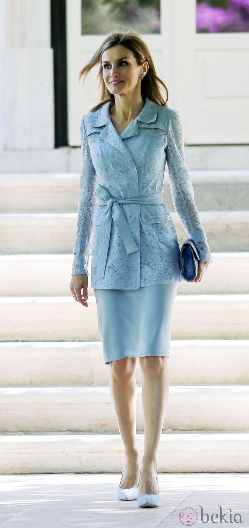 La Reina Letizia con vestido azul y chaqueta de encaje en su visita a  Lisboa 8f60d08321a