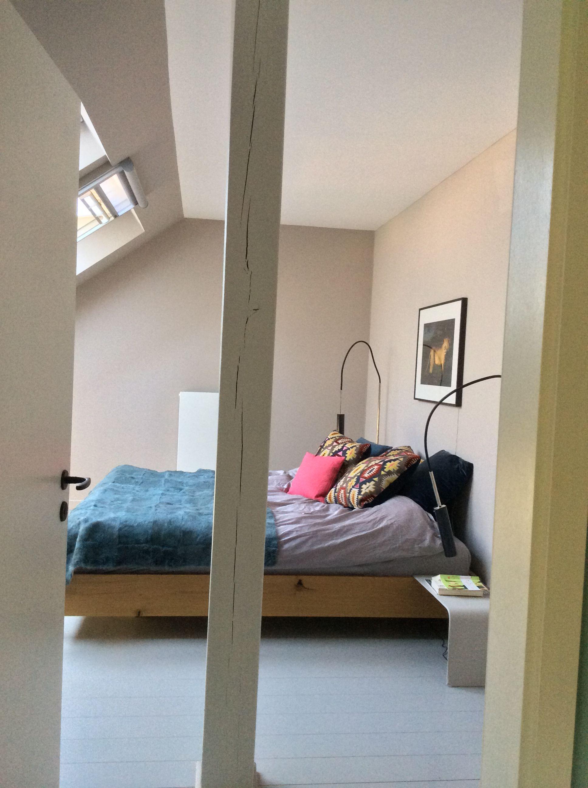 Schlafzimmer in einem Haus im Wald - Wände gestrichen in 'Portobello'