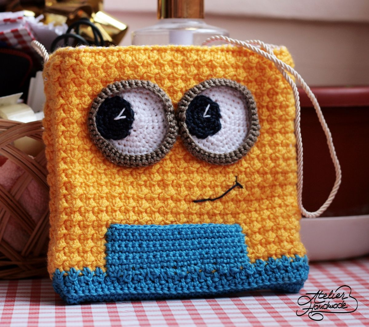 Un model de geanta crosetata minion din microfibra si bumbac i was looking forward in improving the first minion bag pattern so i finally took the time to add something that i felt was missing from the first purse bankloansurffo Choice Image