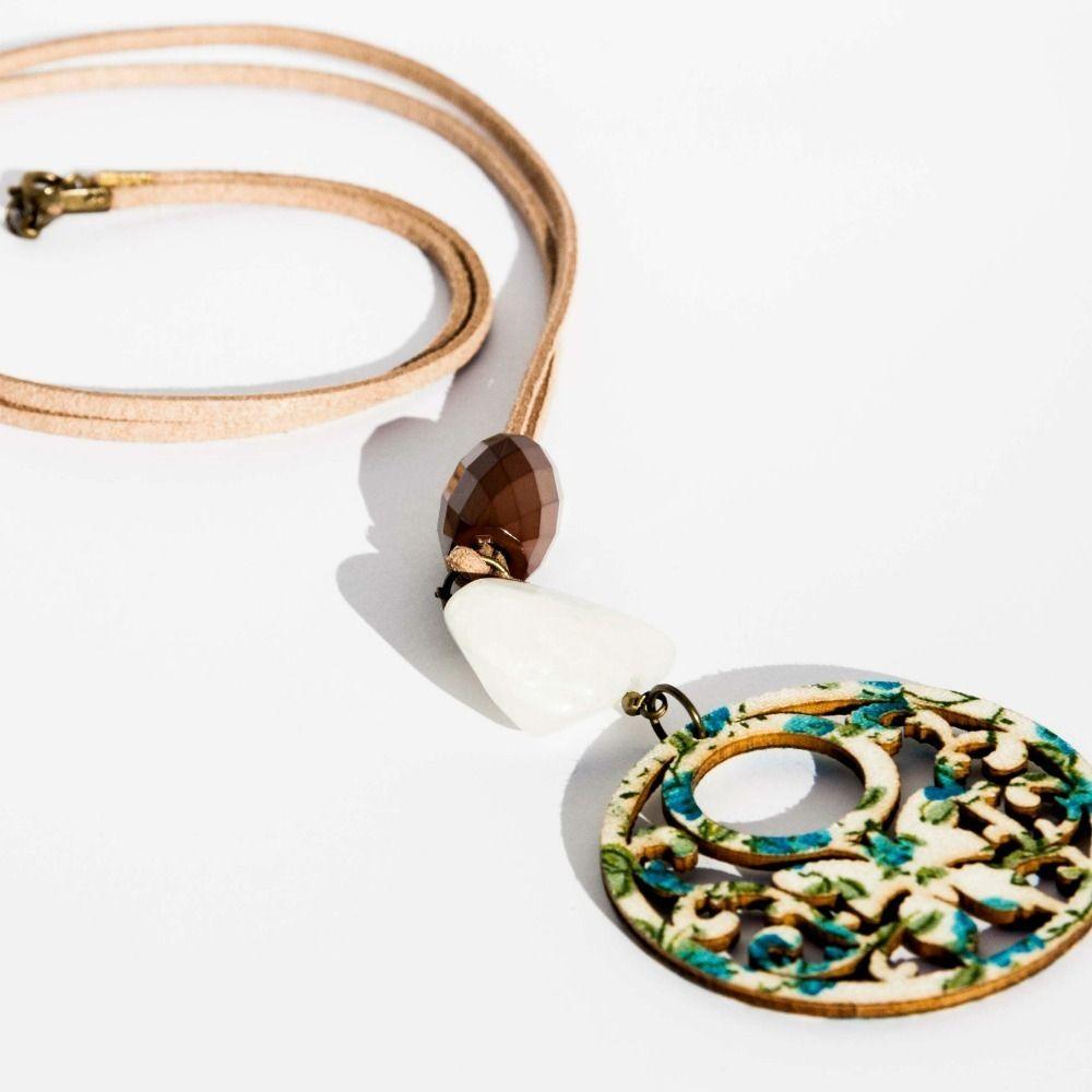 Collar con cuarzo lechado y medallon www.lauritalacomplementos.com