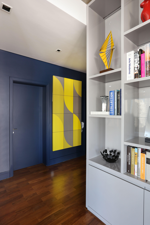 Hall De Entrada De Apartamento Azul Porta Parede E Rodape Da