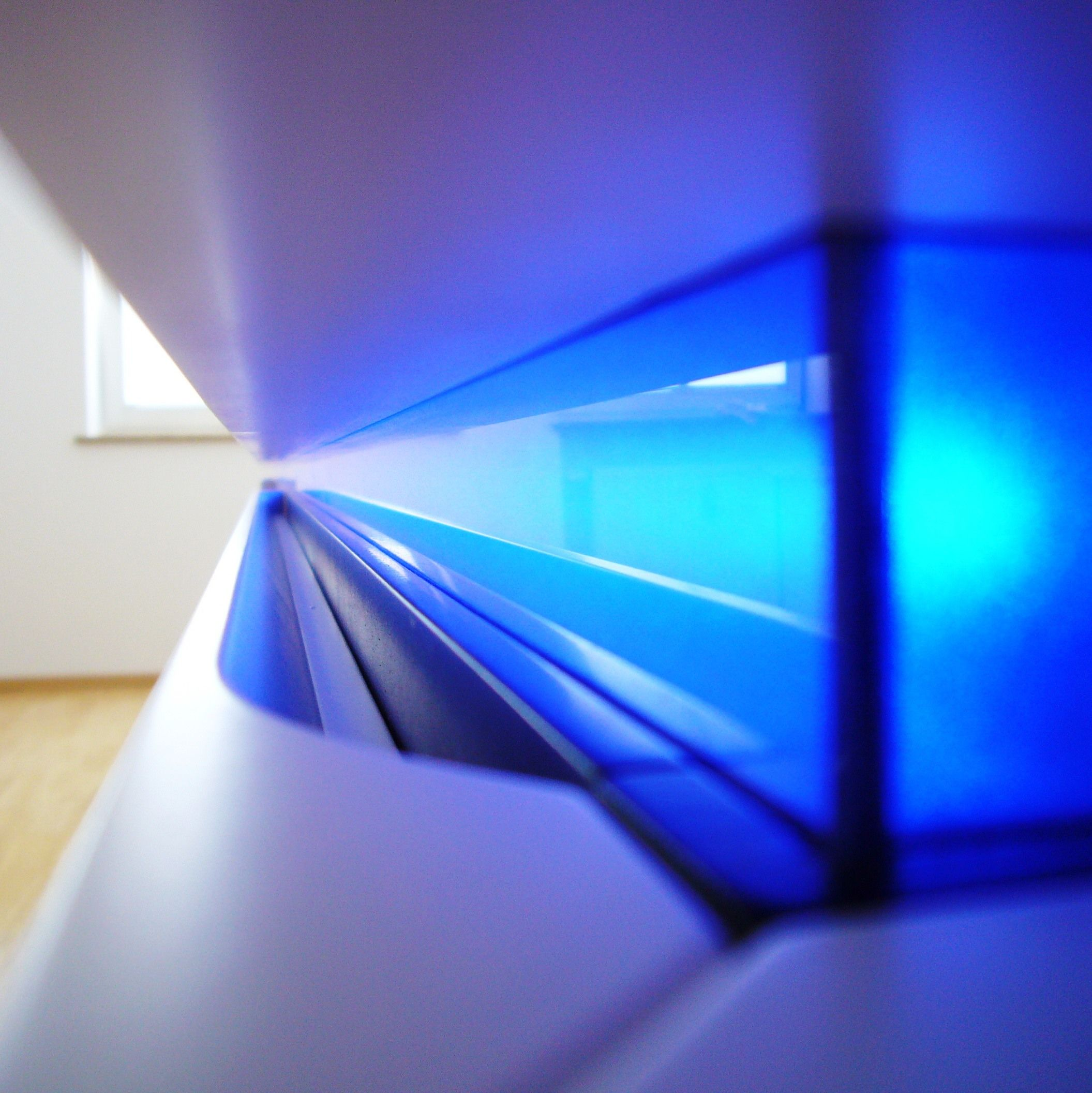 hifi m bel wei lackiert mit led beleuchtung durch blaues acrylglas l s sideboards. Black Bedroom Furniture Sets. Home Design Ideas