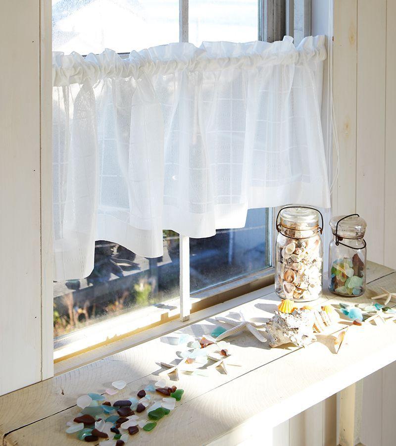 窓際を飾る カフェカーテン は 遮光調整だけでなくインテリアのアクセントや収納の目隠しとしても使うことができる便利なアイテム キッチンのシンク下や食器棚 バストイレの収納棚の目隠しに使うだけで 生活感が出やすいおうちの場所もすっきりとした印象に 今回は