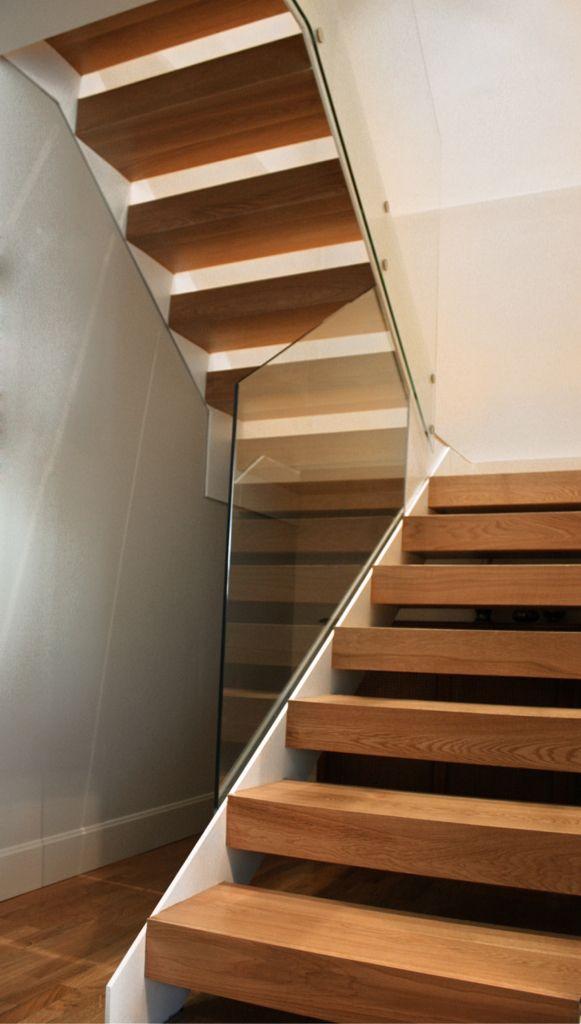 Escalera volada estructura met lica barandilla vidrio for Escaleras bonitas