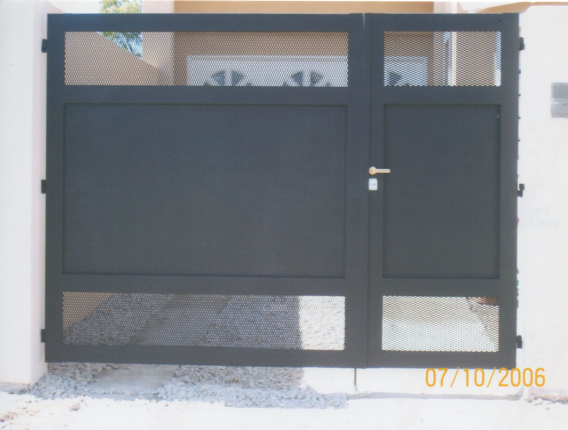 Portones metalicos de dos hojas buscar con google casa for Puertas corredizas metalicas