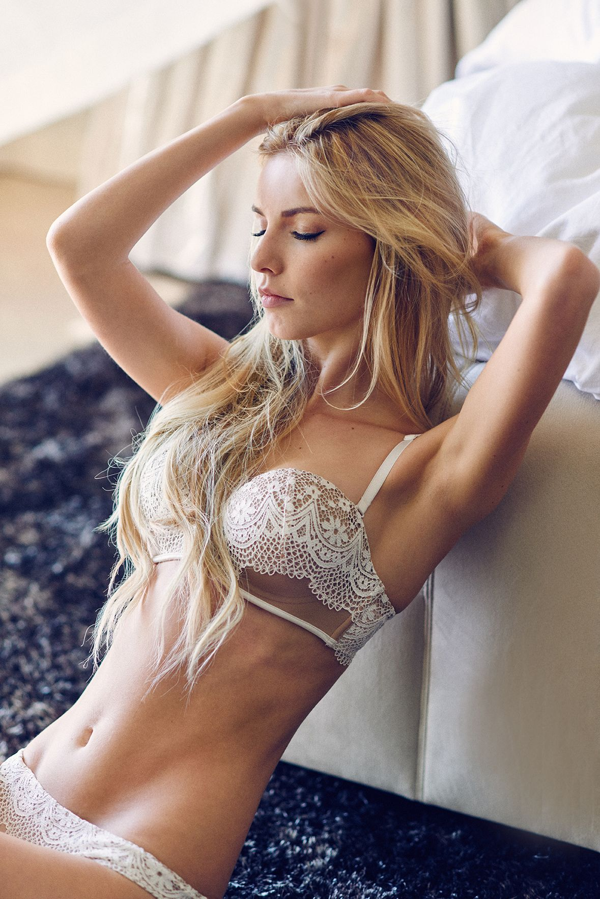 блонда в кружевном белье поймали посадили