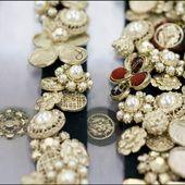 Chanel fête cette année les onze ans de ses défilés des Métiers d'Art. Autant d'années que d'ateliers d'excellence mis à l'honneur à travers des défilés exceptionnels rendant hommage chaque année à une ville différente. Après Byzance, Bombay, Edimbourg et Dallas, le défilé des Métiers d'Art 2014 célébrera Salzbourg le 2 décembre prochain avec un show exclusif au palais de Schloss Leopoldskron. L'occasion de découvrir ou de redécouvrir l'histoire de Lesage, Desrues, Lemarié, Michel, Ma...
