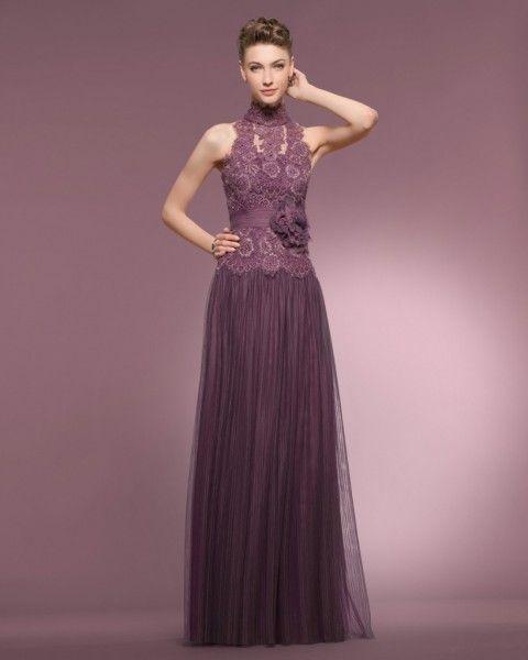 Foto 1 de 16 Vestido para madrina de boda en color berenjena con cuerpo de encaje y escote tipo halter. Imagen | HISPABODAS