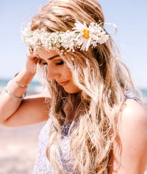 Beach Bride S Down Bridal Hair Ideas Toni Kami Flowers In Her Hair Daisy Flower Crown Corona Halo Hair Styles Beauty Long Hair Styles
