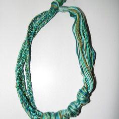 Joli collier en fils de coton tons vert
