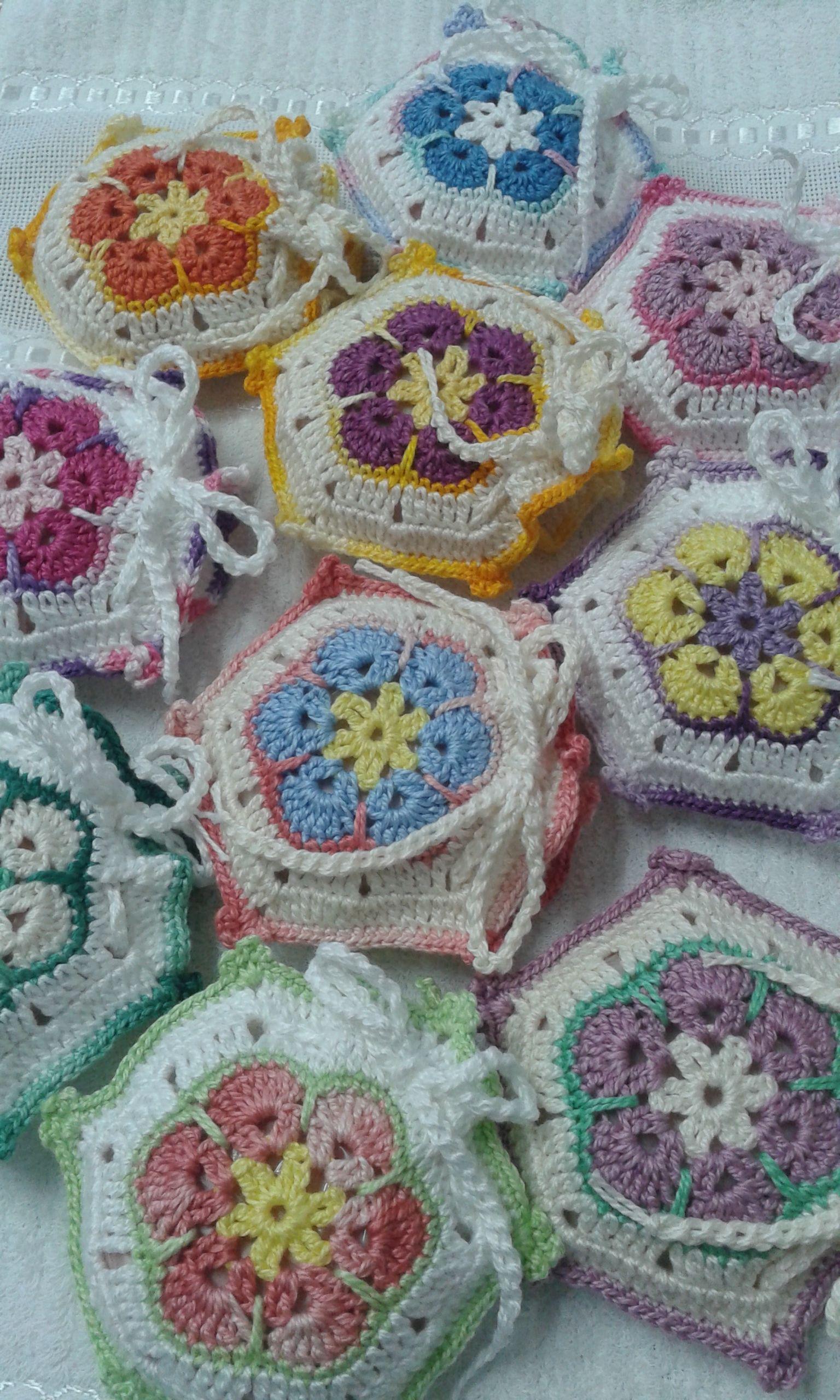 """Fiz vários sachês utilizando crochê, o motivo é African Flower,  a qual achei na internet. Para rechear os sachês coloquei sabonetes redondos da """"Natura""""."""