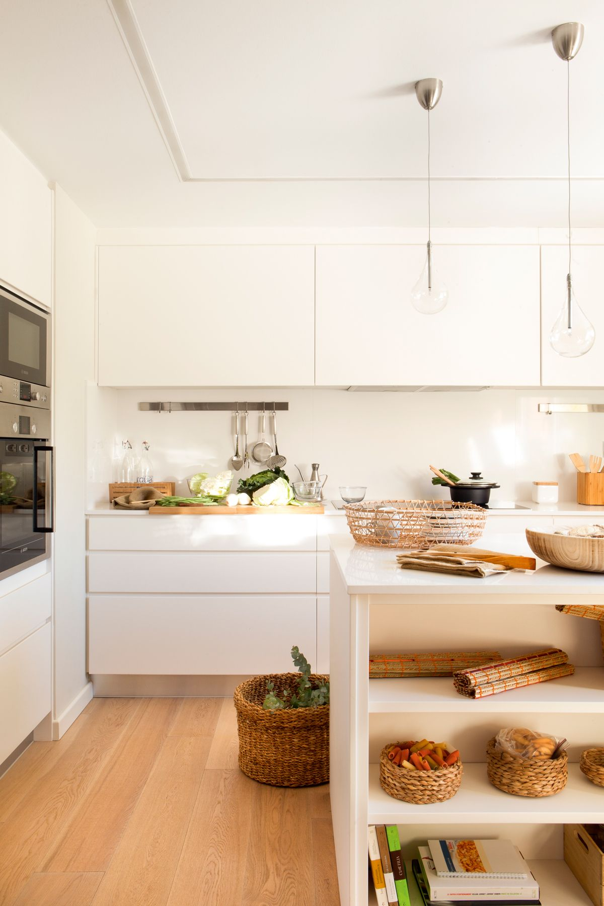 00423933. Cocina en blanco con frentes lisos y suelo de madera ...