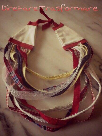 collana stoffa toni rosso blu bianco fatta a mano